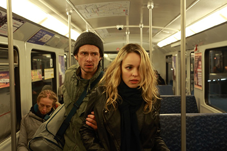 Advocate Richter (Rachel McAdams) en Issa Karpov (Grigori Dobrygin). Foto: Filmdepot