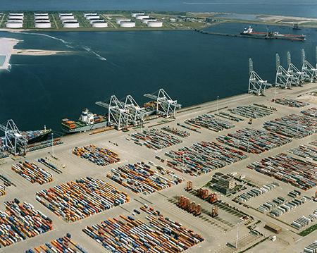 B&W Rotterdam: ,,De internationale oriëntatie van de Rotterdamse economie brengt ook groeikansen met zich mee. Onze trots, de Rotterdamse haven, blijft het onverminderd goed doen. Foto: ZefHemel