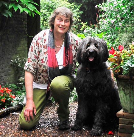 Annette Splinter: 'Al dertig jaar laat ik mijn honden uit in het park bij de Euromast en na al die tijd weet ik precies waar het wel of niet mag'. Foto's: Rinus Vuik