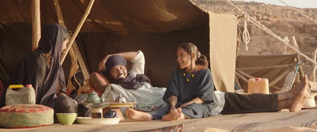 Eén geschiedenis uit die velen loopt als rode draad door de film, niet toevallig die van een Toeareggezin. De zachtmoedige Kidane (Ibrahim Ahmed) woont met zijn vrouw Satima (Toulou Kiki) en elfjarige dochter Toya (Layla Waled Mohamed) in een tent in de zandduinen buiten Timboektoe.