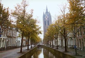 De editie Delft van Het Vrije Volk was gevestigd op de Oude Delft. Een sjiek zestiende-eeuws grachtenpand.
