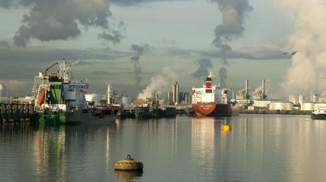 Foto's: Voor de scheepvaart in de 2e Petroleumhaven speelt digitale begeleiding tegenwoordig een beslissende rol. Het containeroverslagbedrijf ECT zou niet kunnen bestaan zonder digitale technieken. Foto's © Port of Rotterdam
