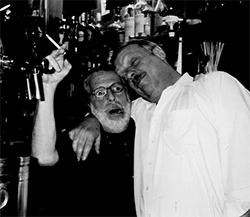Jan Vleghaar (l.) heeft in café Timmer drie eigenaren versleten, waarvan de laatste 10,5 jaar bij horecabaas Bertus Vermeulen.