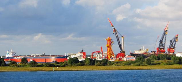 De Olympia, de AEGIR en de HERMOD achter elkaar in het Calandkanaal ter hoogte van de 7de Petroleumhaven. Foto www.worldshipsocietyrotterdam.nl