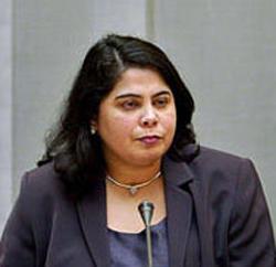 Vlak voordat mevr. Rabella de Fariah de raadszaal inging voor de vergadering die haar politieke ondergang zou betekenen, werd zij voor het oog van de camera's gekust door de heer Sörensen, toenmalig fractievoorzitter van Leefbaar Rotterdam thans PVV-senator. Even later zette hij haar af.