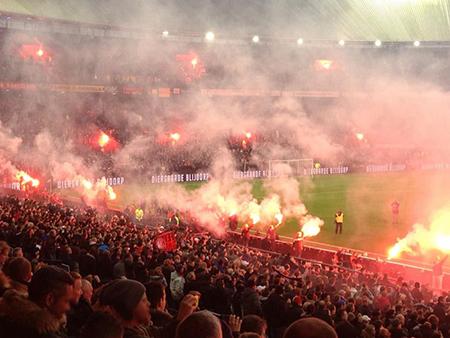 Vaak is de sfeer in het Feyenoord-stadion goed maar er zal tegen de schandelijke spreekkoren toch een keer ingegrepen moeten worden.