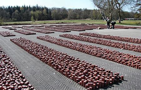 Elk blokje (met ster voor joden, vlammetje voor zigeuners en zonder merk voor verzet en politiek) staat voor iemand die via Westerbork naar de vernietigingskampen is afgevoerd.