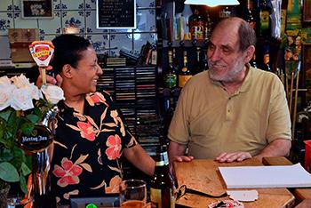 Na 35 jaar houden Louisa en Ruud Munnik het in café Faas in het Zwaanshals voor gezien. Stralend kijken zij achter de bar aan om na hun pensionering een nieuwe toekomst te beginnen met een café-restaurant in Portugal. Foto's: Rinus Vuik.