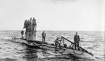 In 1917 keerde het tij. Duitsland had de onbeperkte duikbotenoorlog uitgeroepen en de VS nam een aantal Nederlandse schepen voor hun transporten in beslag. Op de foto een Duitse onderzeeër tijdens de Eerste Wereldoorlog