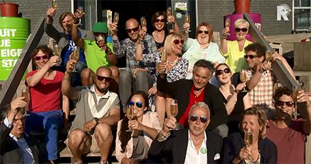 De finalisten van het Stadsinitiatief Rotterdam 2014 proosten op hun verkiezing. Video stills: RTV-Rijnmond.
