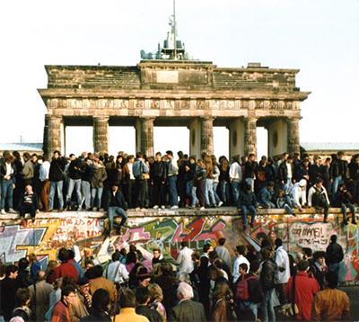 De val van de Berlijnse muur op 9 november 1989 luidde het einde in van de communistische regimes in Oost- Europa.