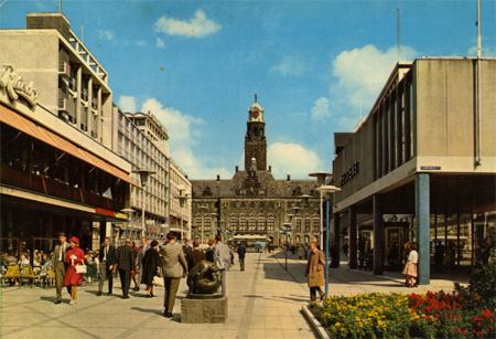De inmiddels monumentale Lijnbaan (met op de foto het Stadhuisplein) is in 1953 in gebruik genomen en heeft in de stad en in de omgeving grote faam. Het was indertijd een van de eerste verkeersvrije winkelstraten in de wereld. Foto: Stadsarchief