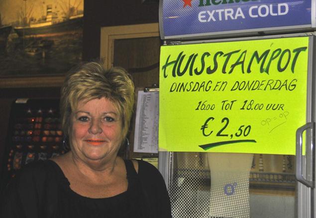 ,,In de horeca, met name bruine kroegen en eetcafees gaat het heel slecht, met omzetdalingen tot wel 30%. Daar proberen wij wat aan te doen door te stunten met ruime stamppotten voor slechts 2,50 euro,'' aldus Anneke Companje van buurtkroeg Centraal in Noord. Foto: Rinus Vuik.