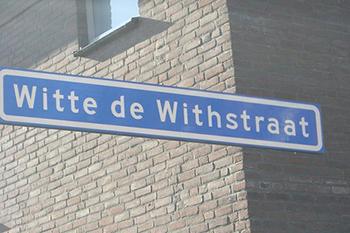 De verhuizing naar de Witte de Withstraat was overigens geen achteruitgang. In de Witte de Withstraat, maar zeker ook op de Oude Binnenweg, bevonden zich karakteristieke journalisten- en kunstenaarskroegen.