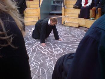De filosofen zijn gekleed in zwarte toga's en schetsen op de vloer van hun arena 'de contouren van een nieuwe samenleving', Foto: Ronald Glasbergen