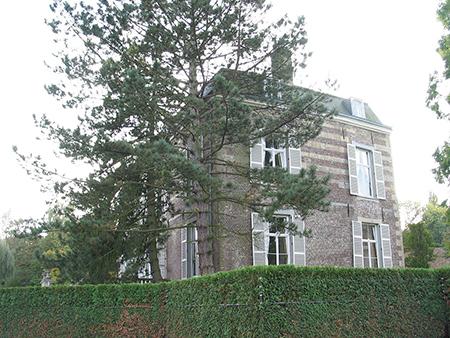 Aad de Haas woonde bij het 'kolendorp' Terwinselen op het kasteel Strijthagen d.w.z. het voornaamste bijgebouw daarvan.