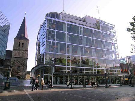 'Het Glaspaleis Schunck' in Heerlen, een gebouw qua stijl van architectuur (het Nieuwe Bouwen) vergelijkbaar met de van Nelle fabriek in Rotterdam.