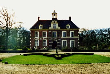 Het Landgoed Warmelo stond in het kadaster van Deventer op naam van Evlyma Trust, gevestigd in Liechtenstein.