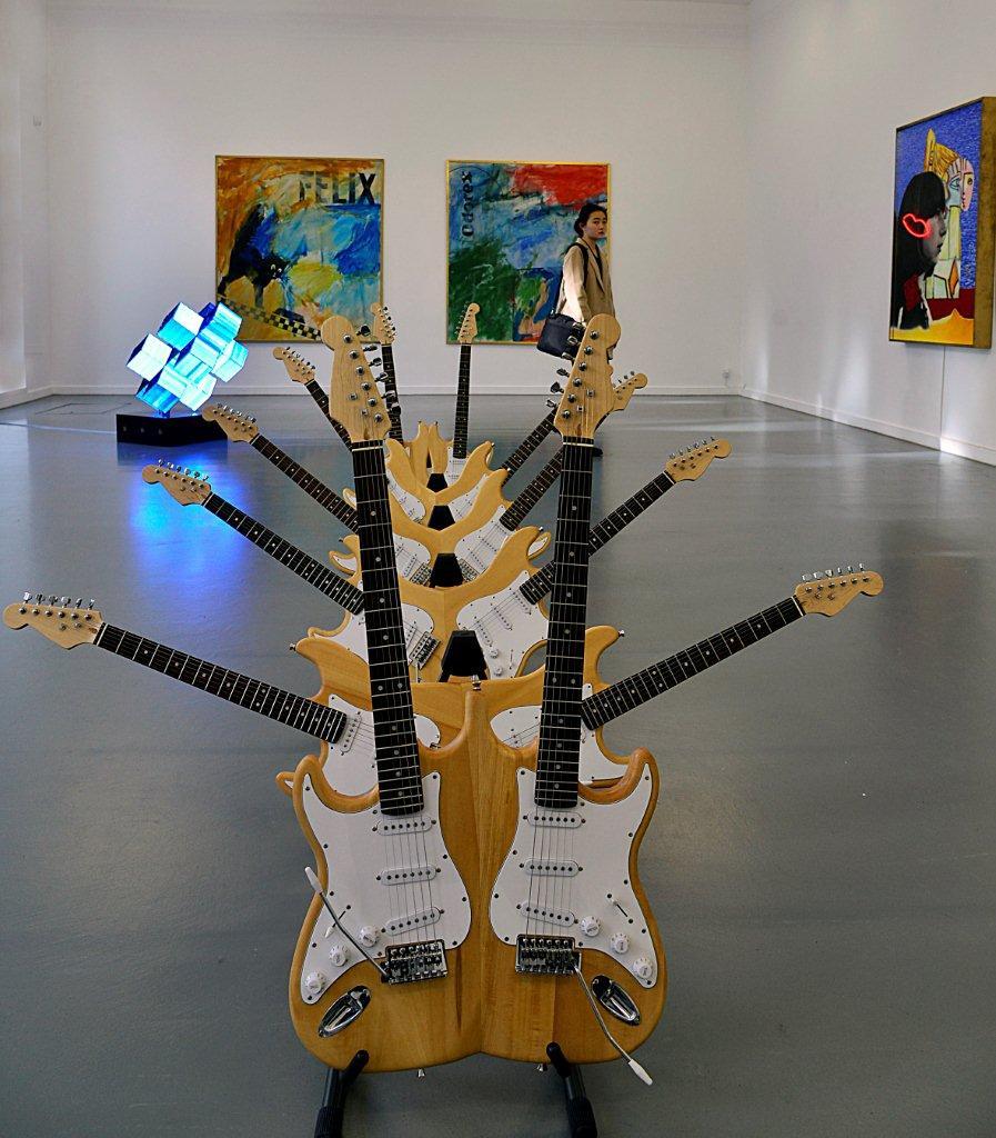 Schilderijen in De Tent, Witte de Withstraat. Op de voorgrond 'gitaren' ook van Hidde van Schie.
