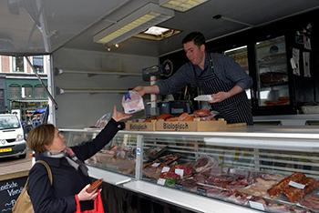 Richard van Rijnswou in zijn kraam van de 'Leidsche Vleeschhouwerij', uiteraard een slager van biologisch vlees. Foto's: Rinus Vuik