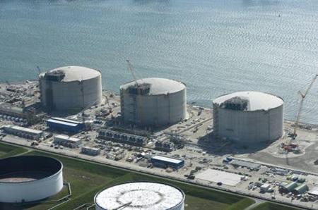 De overslag van LNG, zoals in deze betonnen tanks, nam in het eerste halfjaar van 2014 al flink toe (tot 550.000 ton), vooral door de toename van de doorvoer naar het achterland in Noordwest-Europa.