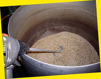 Met een heuse verfmenger wordt het gekneusde graan door het water 'geroerd'.