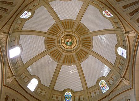 De drie woorden van de Latijnse spreuk zijn ook terug te vinden in de koepel van de hal van het stadhuis. Foto: Jan de Jonge/worldshipsocietyrotterdam