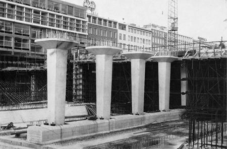 De aanleg van de metro in Rotterdam was in volle gang.