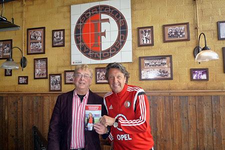 Rob Vente en Feyenoord-icoon Ben Wijnstekers, die het eerste exemplaar van 'Vermoorde onschuld' in ontvangst heeft genomen. Foto: Coolegem