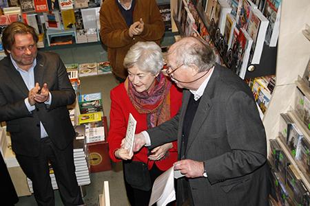 Overhandiging eerste exemplaar van Manuels dichtbundel met (vlnr) uitgever Chrétien Breukers, Irene Smit en Kneepkens.