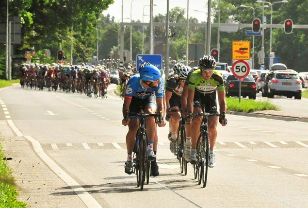 Hier is het peloton van de 2e World Ports Classic, vlak na de start tussen Poortugaal en Hoogvliet, zaterdagochtend weer op weg naar de finish in Antwerpen. Foto: Rinus Vuik