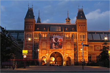 Publiciteit is alles en alle ego's uit de tv-wereld mochten opdraven om 'de boerenkinkels' in de rest van het land te wijzen op het topmuseum in Amsterdam. Geen woord van kritiek.