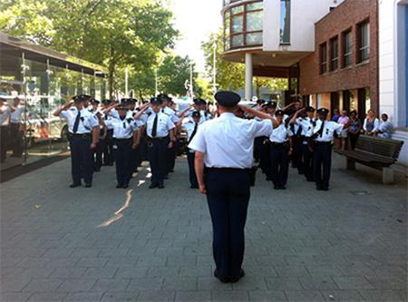 Op 23 juli om 16.00 uur betoonde een afdeling Rotterdamse politiemensen op het Eendrachtsplein medeleven met de slachtoffers en nabestaanden van de vliegramp. Foto's (met i-phone): Ronald Glasbergen