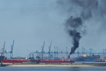 In juli dit jaar voer een 'roetend' schip de Rotterdamse haven binnen. Daarover zijn bij de milieudienst DCMR klachten binnengekomen. Foto: Piet van Dijk van WSS Rotterdam Branch.