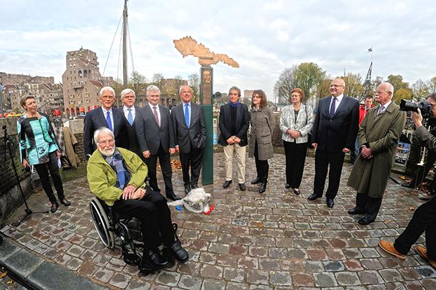 Alle genodigden, inclusief voormalig voorzitter van de Tweede Kamer Frans Weisglas (links vlak bij het monument) en Gert Andeweg (in de rolstoel), auteur van het verhaal Professor Masaryk en Rotterdam. Foto: CBK/Max Dereta