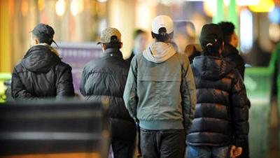 'De zogenaamde 'hangjongeren', allemaal van Marokkaanse afkomst, vormen drugsbendes. Staan via hun telefoontjes allemaal in verbinding met anderen bij het Centraal Station'.