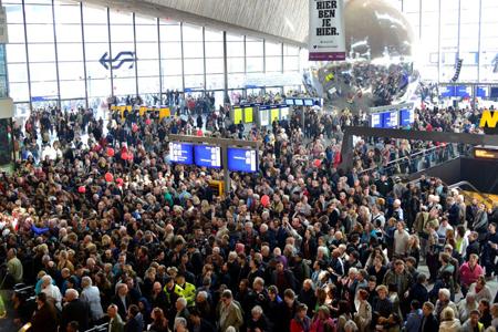 Op het hoogtepunt van de opening door koning Willem-Alexander stonden er in en om het station, ook vanaf het Groothandelsgebouw, zo'n 10.000 nieuwsgierige Rotterdammers om dit historische moment mee te maken.
