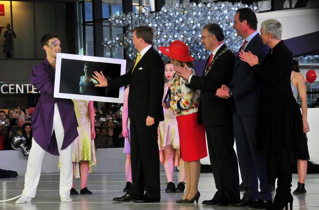 Precies na de laatste Bolero-tonen opende koning Willem-Alexander met zijn handdruk op een fors 'tablet' het station onder luid applaus. Foto's: Rinus Vuik