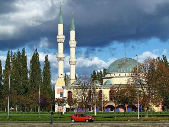 De nieuw op te richten Moslimpartij zal vooral stemmen wegsnoepen van de traditionele 'allochtonenpartij' PvdA.
