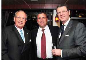 Ard-Jan Kooren (r.) heeft iets met Sparta! Dus ontbrak technisch directeur Wiljan Vloed (m.) niet op dit Rotterdamse 'feessie'.
