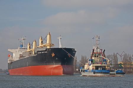 Een van de onderwerpen in het boek 'Mooie schepen en banen in de haven van Rotterdam' is de Father Neptune. Foto: Bram Plokker