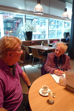 Zettie Leeuwenburgh in gesprek met Rob Vente over zijn achtste kuipthriller 'Maffia aan de Maas'. Foto's: Jane Vente