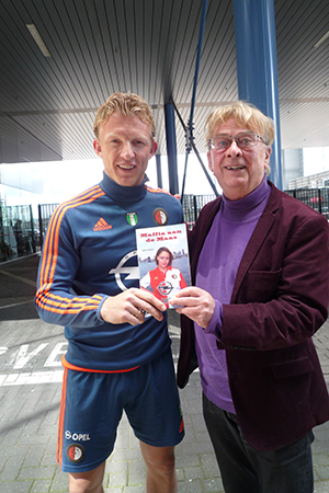 Dirk Kuyt heeft het eerste exemplaar in ontvangst genomen.