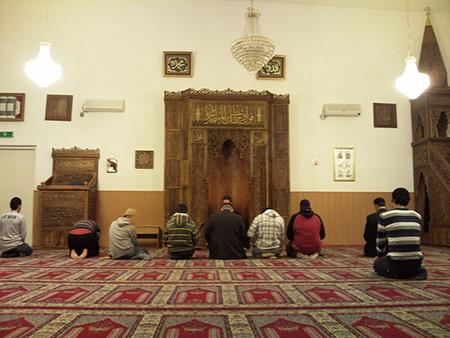 Wanneer moslims in Europa wensen te leven met de gedachte dat de koran of de profeet boven elke kritiek staat, dan veroordelen ze zichzelf tot een rol van eeuwige buitenstaander. De vrijheid om een godsdienst te belijden en de vrijheid om een godsdienst te bekritiseren zijn ondeelbaar. Dat blijkt moeilijk te aanvaarden voor belijdende moslims.
