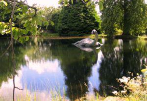 Het 'Monster van Lochnesselande'. Ontwerp voor een kunstwerk voor de wijk Nesselande. Aldaar zou bij tijd en wijle een slangvormig wezen uit het water van de plas opduiken.