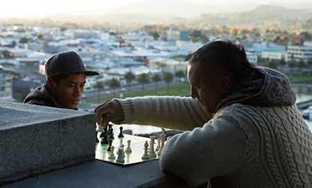 Genesis wil schaaklessen gebruiken om kinderen in de buurt een doel te geven en haakt aan bij een lokaal schaakclubje.