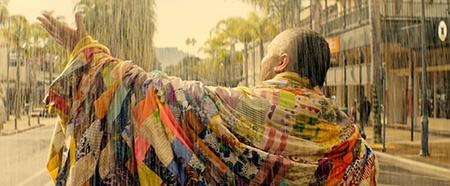 Er is een flinke steek los bij Genesis. Als we hem in het begin van de film zien, loopt hij in de stromende regen tegen het autoverkeer in op de rijweg. Foto's: International Film Festival Rotterdam