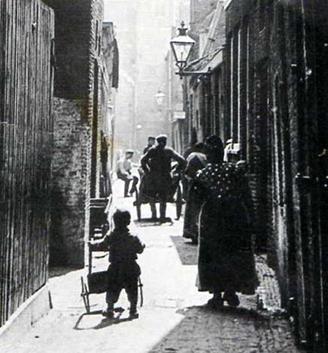 De stadsdelen welke de Duitsers niet hadden geraakt, hebben we na de oorlog alsnog zelf gesloopt.