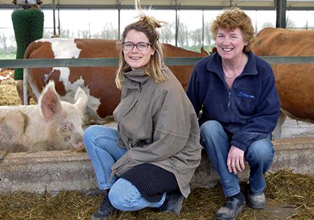 De Hoeve Biesland is een biologisch familiebedrijf. Op de foto Mieke Duijndam en haar dochter Linda. Foto's: Rinus Vuik