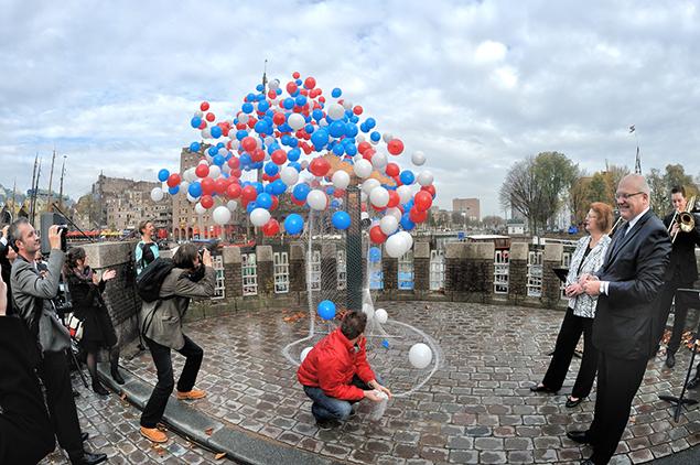 Het loslaten van de ballonnen. Rechts de ambassadeurs van de Slowaakse en de Tsjechische Republiek, dhr. Roman Bužek en mevrouw Jana Reinišová. Foto: CBK/Max Dereta